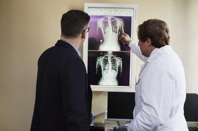 doctor-pointing-x-ray-personal-injury-lawsuit